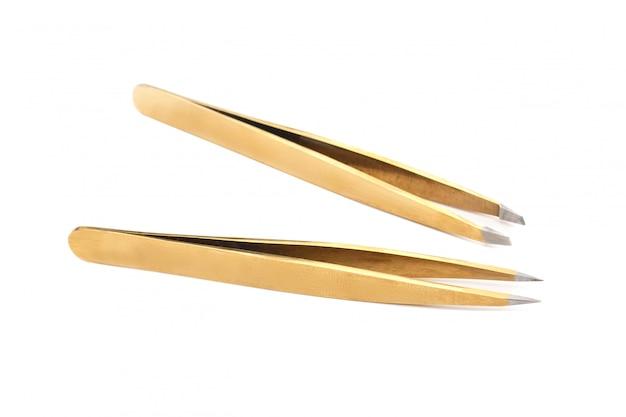Dwie metalowe pincety do stylizacji brwi na białym tle