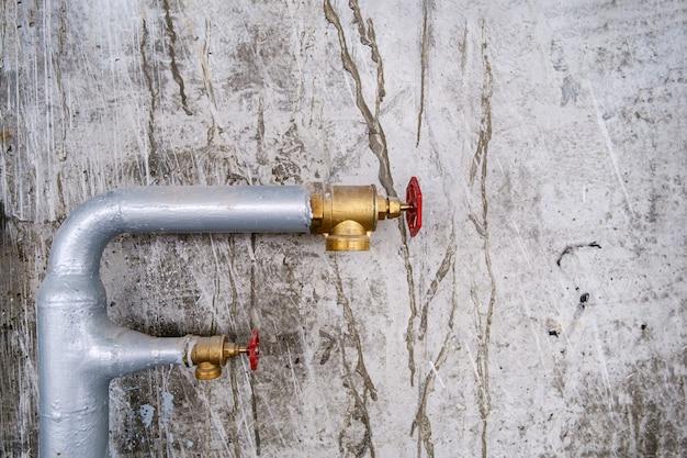 Dwie metalowe rury wodne gaśniczego systemu przemysłowego