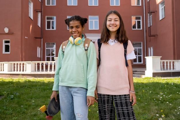 Dwie międzykulturowe młode dziewczyny w stroju casual, patrzące na ciebie