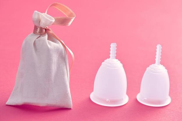 Dwie miseczki menstruacyjne o różnych rozmiarach