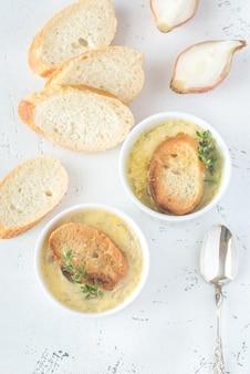 Dwie miski zupy cebulowej