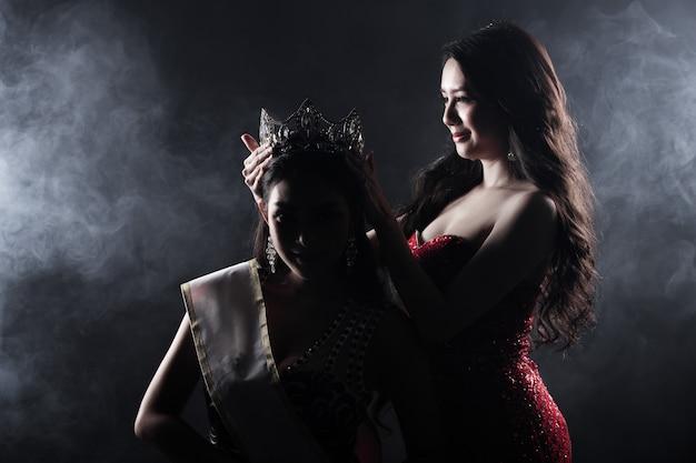 Dwie miss korowód konkurs wieczorowa suknia balowa