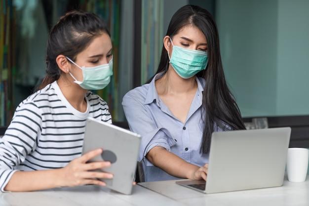 Dwie młode azjatyckie kobiety noszące maski medyczne