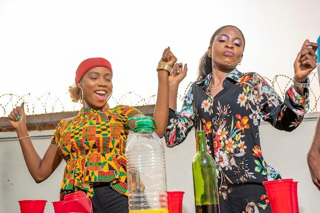 Dwie młode czarne kobiety tańczą na imprezie