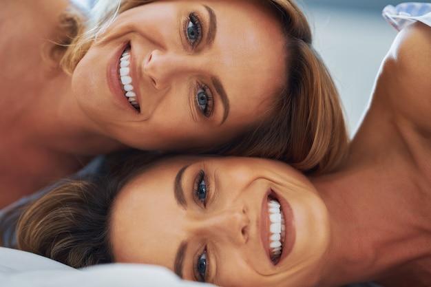 Dwie młode dziewczyny na łóżku. zdjęcie wysokiej jakości