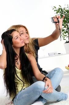Dwie młode dziewczyny w domu