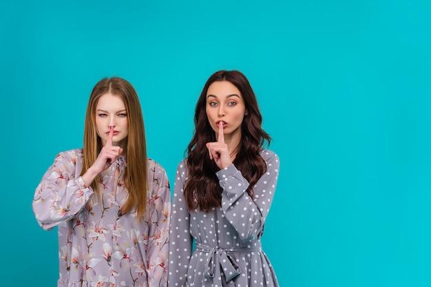 Dwie młode kobiety pokazujące cichy gest
