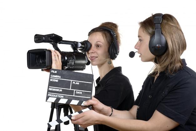 Dwie młode kobiety z kamerami