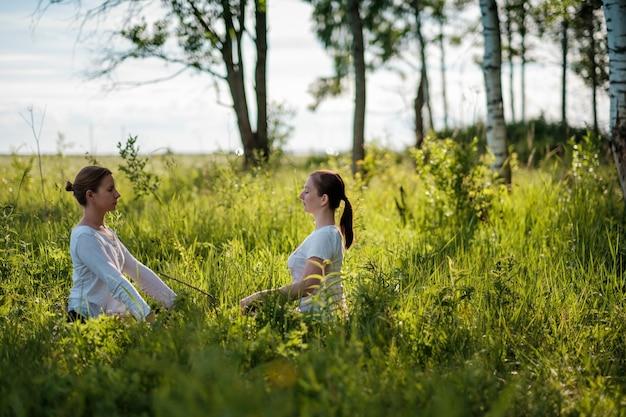Dwie młode kobiety z przyrodą