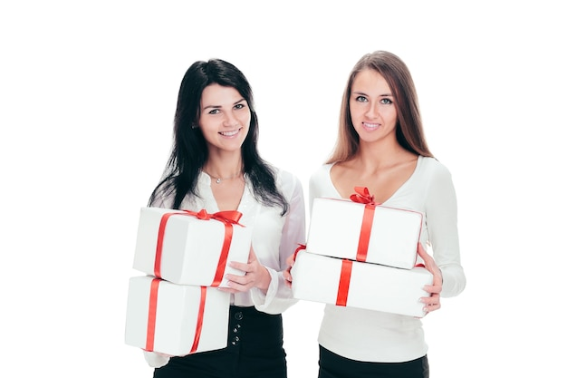 Dwie młode kobiety z pudełkami na prezenty. na białym tle