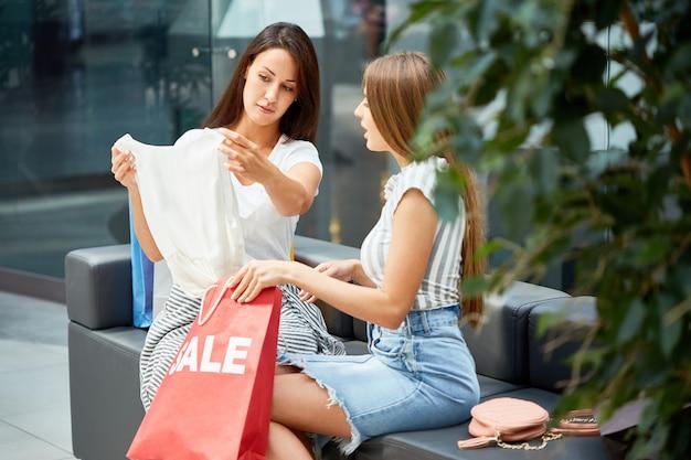 Dwie młode kobiety, zakupy na wyprzedaży