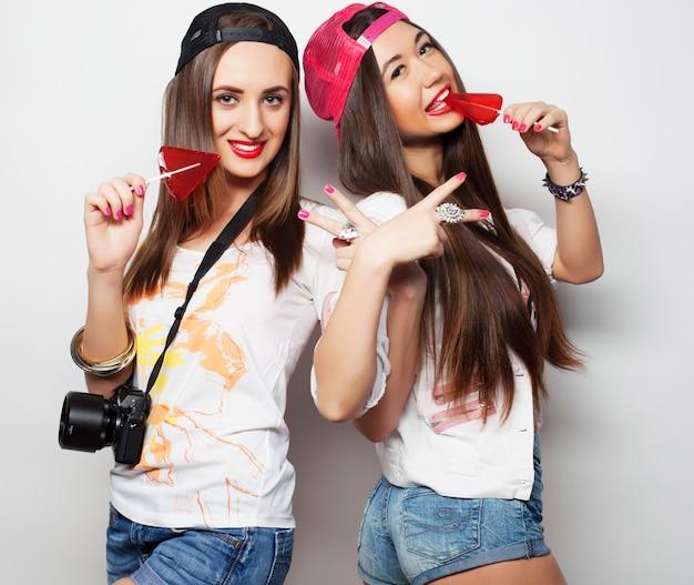 Dwie młode ładne dziewczyny hipster