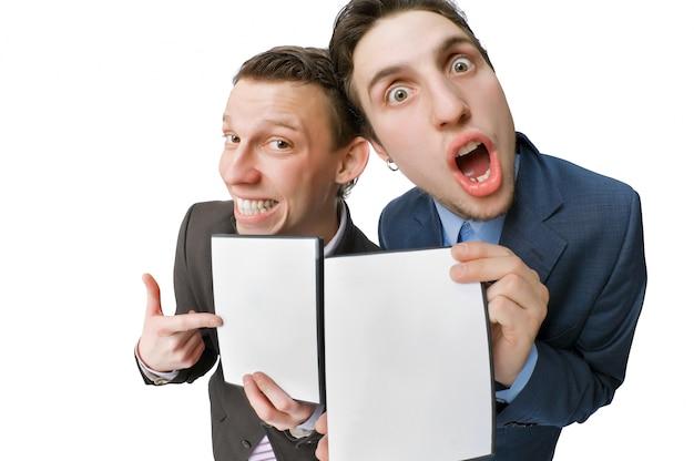 Dwie młode osoby oferujące płyty dvd na sprzedaż