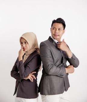 Dwie młode pary biznesowego myślenia na białym tle