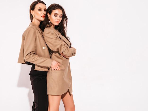 Dwie młode piękne brunetki w ładne modne letnie ubrania garnitur