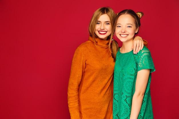 Dwie młode piękne kobiety pozowanie w modne ubrania