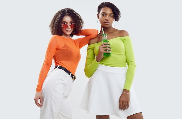 Dwie młode piękne kobiety w kolorowe letnie ubrania