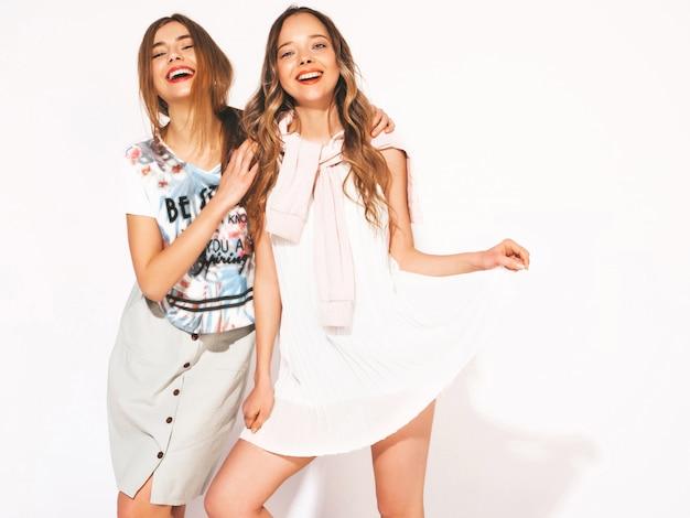 Dwie młode piękne uśmiechnięte dziewczyny w modne letnie ubrania casual. seksowne beztroskie kobiety. pozytywne modele