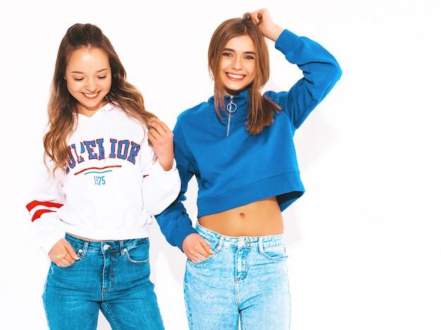 Dwie młode piękne uśmiechnięte dziewczyny w modne letnie ubrania. seksowne beztroskie kobiety. pozytywne modele