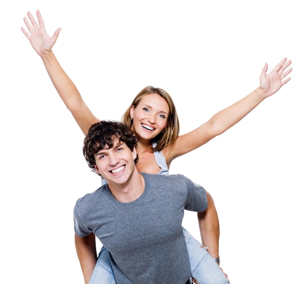 Dwie młode szczęśliwe osoby z rękami podniesionymi do góry