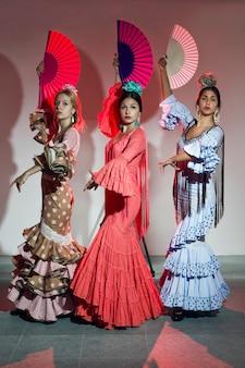 Dwie młode tancerki flamenco w pięknej sukni.