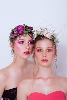 Dwie modelki z profesjonalnym jasnym makijażem