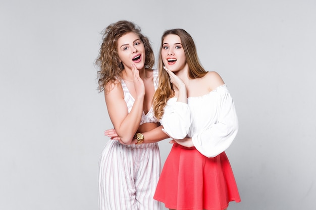Dwie modne kobiety w ładnych ubraniach. moda wiosna lato !zdjęcie