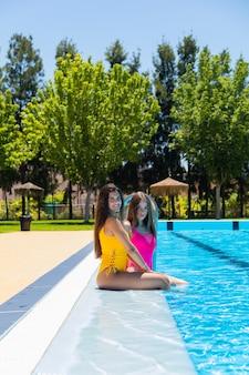 Dwie nastolatki dziewczyny na basenie