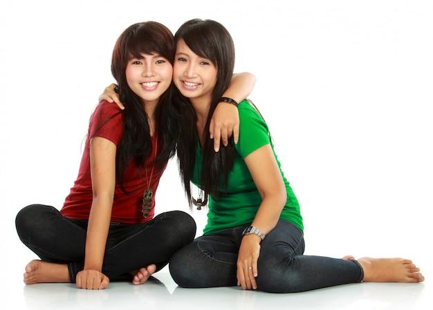 Dwie nastolatki, przytulanie i pozowanie