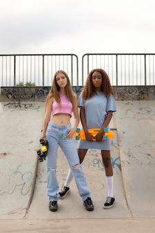 Dwie nastolatki spędzają razem czas w parku na lodowisku