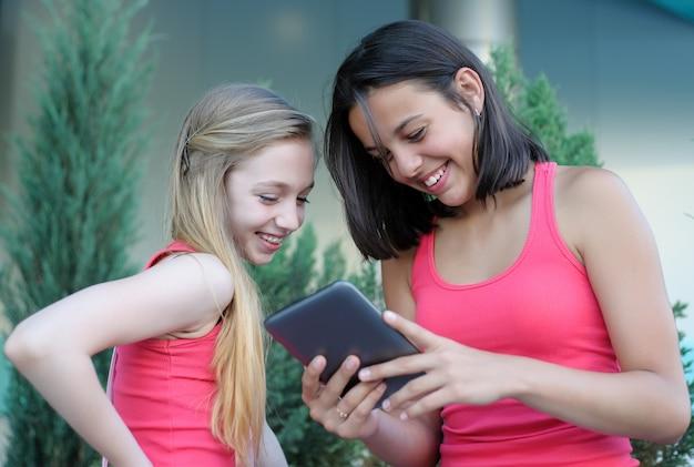 Dwie nastolatki z komputera typu tablet