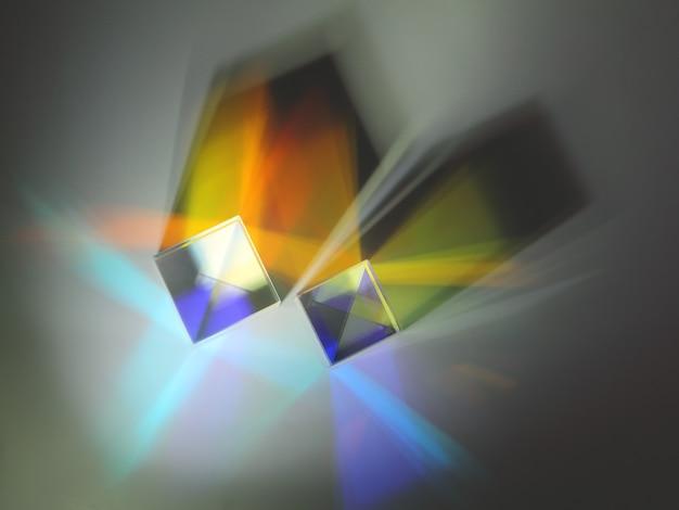Dwie odblaskowe kostki załamują światło w różnych kierunkach