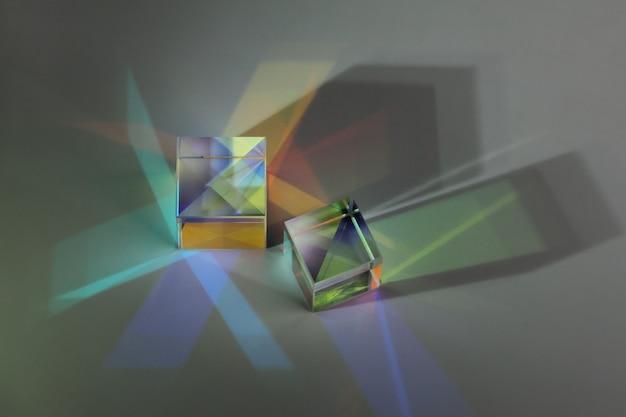 Dwie optyczne kostki szklane rozpraszają światło widmowe