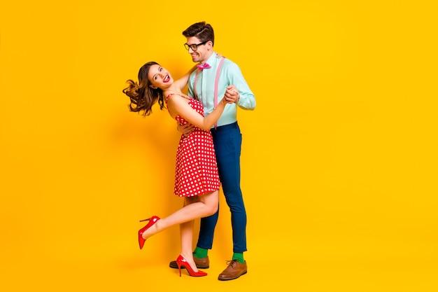 Dwie osoby dziewczyna facet tańczy w sali balowej
