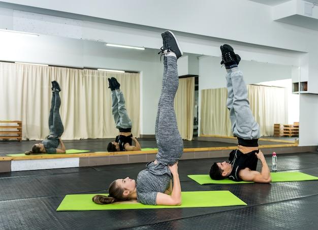 Dwie osoby na siłowni ćwiczeń na macie