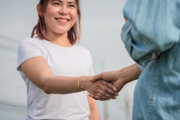 Dwie osoby podają sobie przyjaźń na świeżym powietrzu, koncepcja potrząsania dłonią