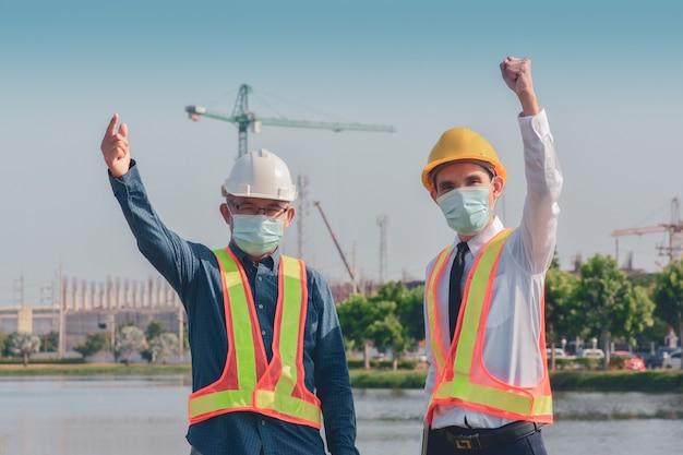 Dwie osoby pracujące na budowie a potem rozmawiają o projekcie budowlanym