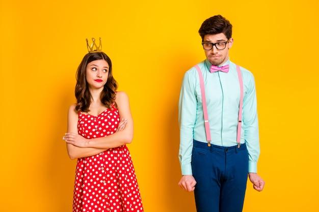 Dwie osoby samolubne dziewczyny królewski bal balu królowej ross ręce wyglądają nieśmiało geek facet