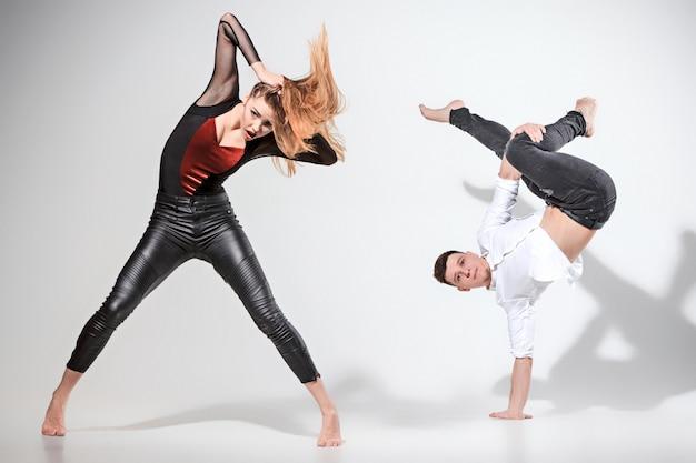 Dwie osoby tańczą