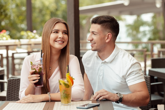 Dwie osoby w kawiarni cieszą się spędzaniem czasu ze sobą