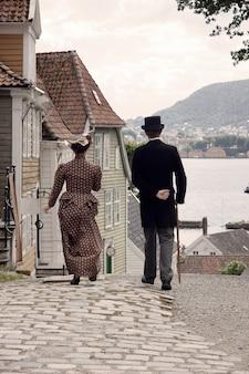 Dwie osoby w starych ubraniach na ulicy starożytnego miasta