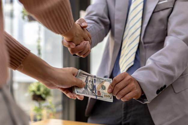 Dwie osoby zachowują się korupcyjnie, są razem partnerami biznesowymi, podają sobie ręce i biorą łapówki dla obopólnej korzyści. pojęcie oszustwa biznesowego i przekupstwa jest nielegalne.