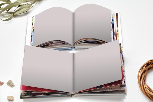Dwie otwarte fotoksiążki wysokiej jakości z oprawą twardą i pustymi stronami