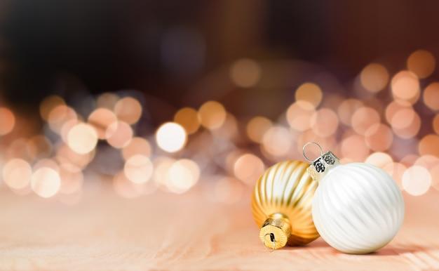Dwie ozdoby świąteczne na tle rozmytych świateł