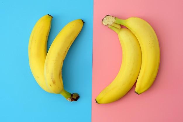 Dwie pary bananów na różnych tłach