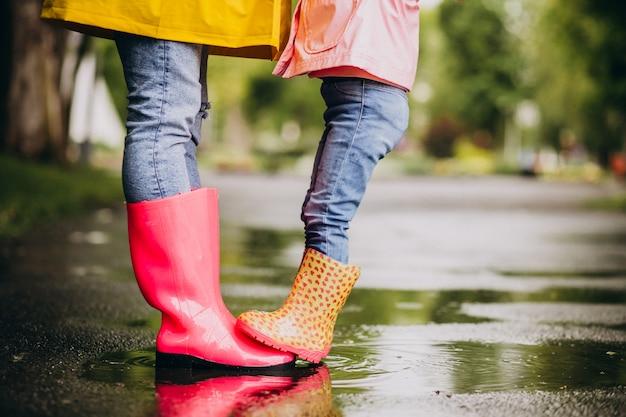 Dwie pary gumowych butów z bliska na ulicy