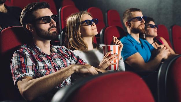 Dwie pary w kinie