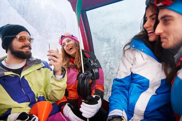 Dwie pary zabawy i snowboardu