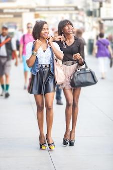 Dwie piękne czarne kobiety spaceru w nowym jorku