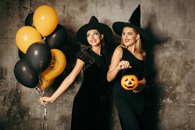 Dwie piękne czarownice z balonami